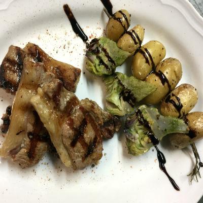 Côtes d'agneau, pommes de terre et légumes
