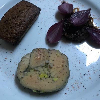 tranche de foie gras, pain d'épice et oignons rouges